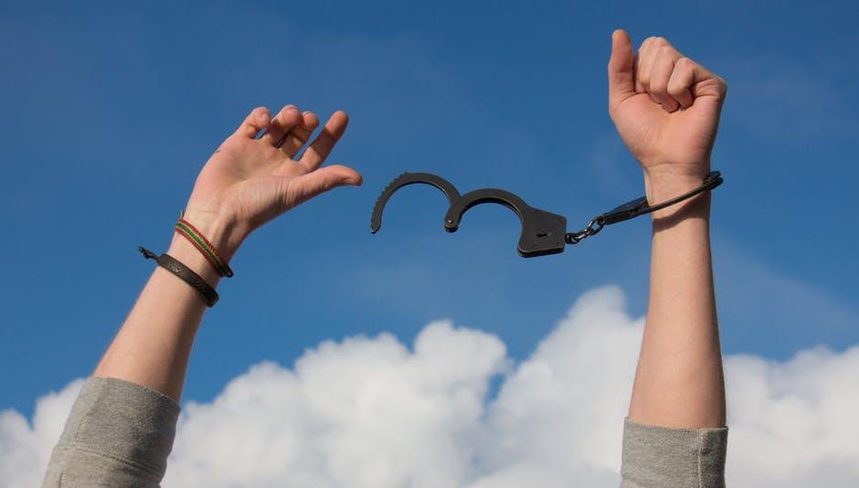 Aufbrechende Handschellen